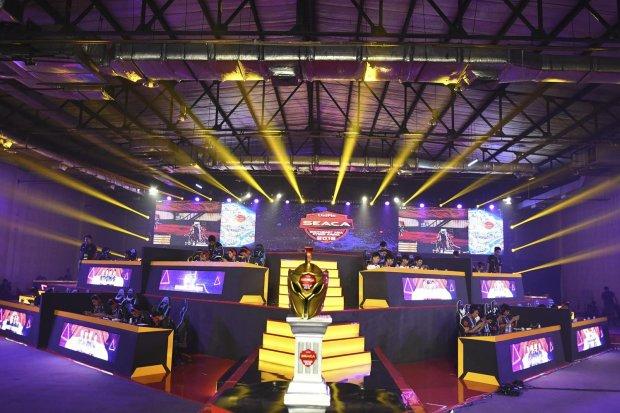 Peserta berkonsentrasi saat mengikuti pertandingan Grand Final UniPin eSport Southeast Asia Cyber Arena (SEACA) 2019 di Jakarta, Jumat (8/11/2019). Grand Final UniPin eSport Southeast Asia Cyber Arena (SEACA) 2019 yang berlangsung hingga Minggu (10/11), t