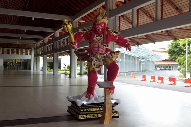 Suasana lengang kawasan Terminal Domestik Bandara Internasional I Gusti Ngurah Rai di Badung, Bali, Sabtu (25/4/2020). Kementerian Perhubungan menghentikan sementara seluruh aktivitas penerbangan komersial baik dalam dan luar negeri hingga 1 Juni 2020 men