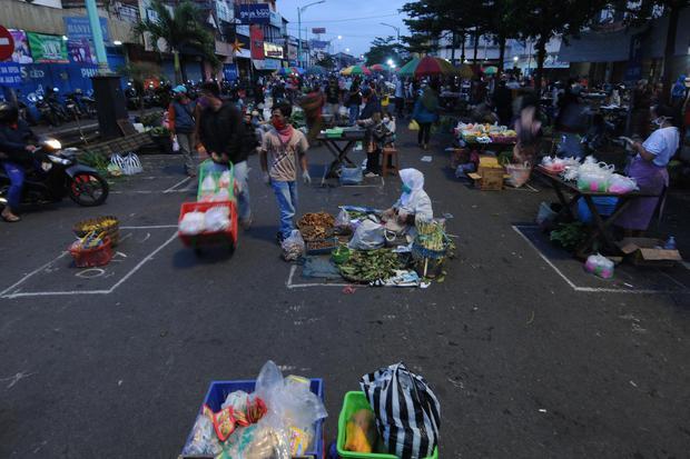 """Aktivitas jual beli di Pasar Pagi Salatiga, Jawa Tengah, Rabu (29/4/2020). Pemerintah Kota Salatiga menata para pedagang pasar pagi tersebut dengan menerapkan """"physical distancing"""" atau jaga jarak satu meter antarpedagang sebagai upaya pencegahan penyeb"""