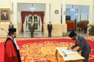 Presiden Joko Widodo melantik Manahan MP Sitompul sebagai Hakim Konstitusi.