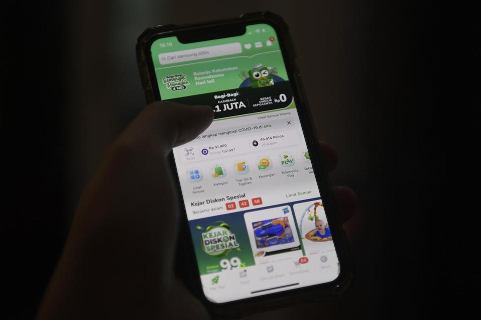 Pengguna Tokopedia bertransaksi melalui gawai di Jakarta, Senin (4/5/2020). Sandiaga Uno menyebut e-commerce sebagai sektor yang berpeluang meningkat setelah pandemi.