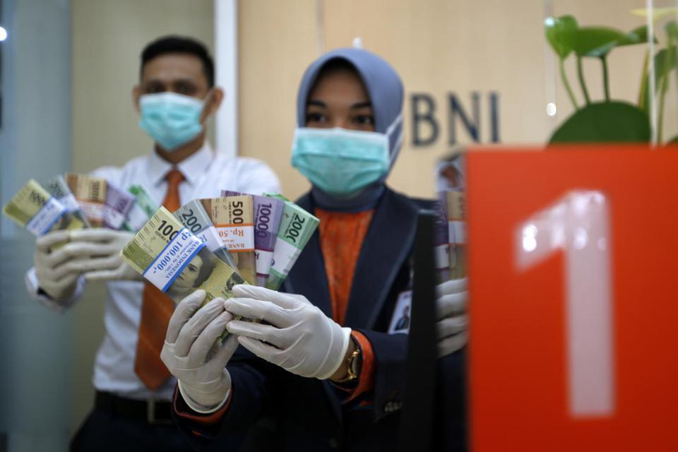 Petugas Bank Negara Indonesia (BNI) Cabang Banda Aceh memperlihatkan uang pecahan yang dipersiapkan untuk memenuhi kebutuhan penukaran selama bulan Ramadhan dan Idul Fitri di Banda Aceh, Aceh, Selasa (5/5/2020). NTARA FOTO/Irwansyah Putra/foc.