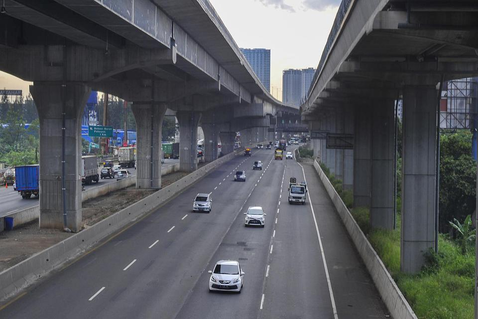 Ilustrasi, arus lalu lintas Jalan Tol Jakarta-Cikampek. Pemerintah mengimbau masyarakat yang sudah berada di daerah tidak kembali lagi ke Jakarta.