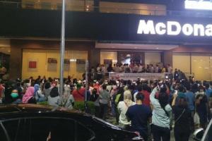 Suasana jelang penutupan McDonald's Sarinah Thamrind, Jakarta Pusat. Tampak warga berkerumun di tengah penerapan PSBB Jakarta.
