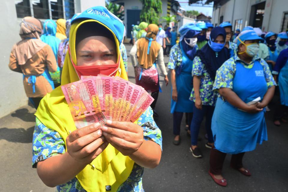 Ilustrasi menerima THR. Direksi dan Dewan Komisaris Grup Holding Industri Pertambangan MIND ID (Mining Industry Indonesia ) menyumbangkan tunjangan hari raya (THR) mereka untuk bansos covid-19.