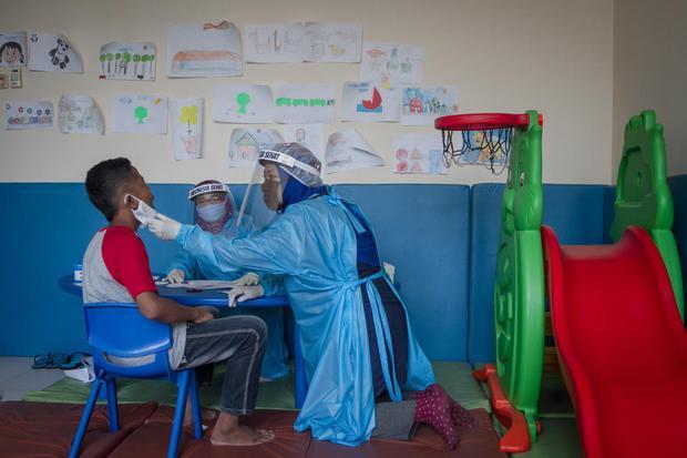 Anak berkebutuhan khusus mengikuti asesmen Penerimaan Peserta Didik Baru (PPDB) tahun 2020 di kantor UPT Pusat Layanan Disabilitas dan Pendidikan Insklusif Solo, Jawa Tengah, Rabu (13/5/2020). Ujian asesmen tersebut diikuti 90 anak berkebutuhan khusus di