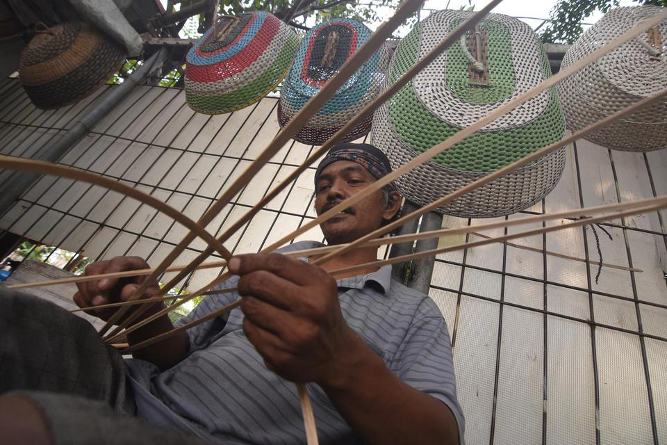 Perajn memproduksi kerajinan rotan di kawasan Pasar Minggu, Jakarta, Kamis (14/5/2020). Sandiaga Uno menyebut bantuan kepada UMKM bisa menyelamatkan perekonomian nasional di saat pandemi corona.