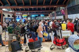 Sejumlah penumpang mengantre di Terminal 2, Bandara Soekarno-Hatta, Tangerang, Banten.
