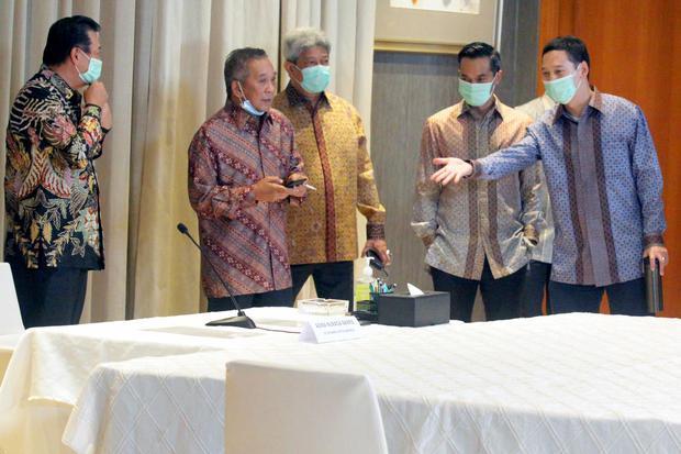 (dari kiri) CEO Eti Gasco Synergy Dudy Christian, Chairman Grup Bakrie Nirwan Dermawan Bakrie, Presiden Direktur PT Ithaca Resources Agoes Projosasmito, Direktur Utama dan CEO PT Bakrie & Brothers Tbk (BNBR) Anindya Bakrie, dan CEO PT Bakrie Capital Indon