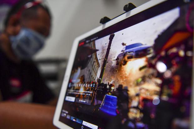 Ilustrasi, warga mengakses layanan film daring melalui gawai Direktorat Jenderal Pajak (DJP) Kementerian Keuangan (Kemenkeu) mengizinkan pembayaran pajak digital menggunakan dolar Amerika Serikat (AS).