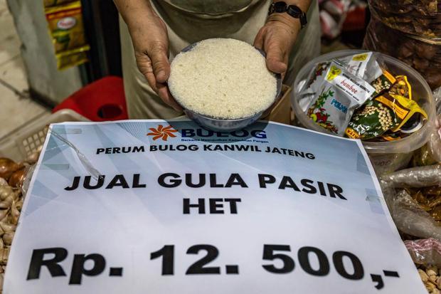 Pedagang menunjukkan gula pasir pasokan yang dijual sesuai Harga Eceran Tertinggi (HET). Kementerian Perdagangan (Kemendag) telah gelar operasi pasar sebanyak 36.500 ton gula agar harga bisa stabil sesuai harga eceran pemerintah yakni Rp 12.500 per Kg.