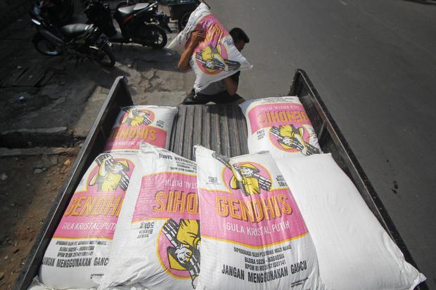 Ilustrasi, pedagang mengambil gula kristal putih yang dibeli saat operasi pasar gula oleh Perum Bulog. Kemendag akan memasok gula konsumsi melalui pasar sebanyak 4 ton per hari hingga harga stabil sesuai harga eceran tertinggi Rp 12.500 per Kg.