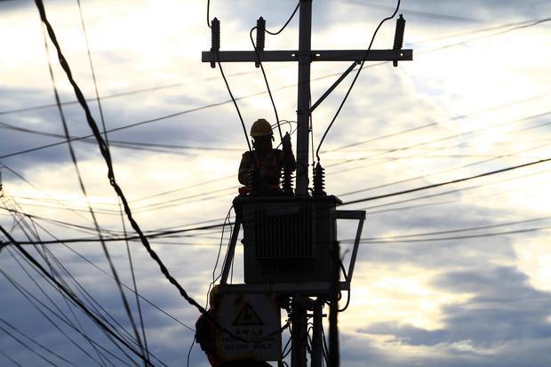 Seorang petugas PT PLN (Persero) melakukan pemasangan trafo baru di Jalan Putri Dara Hitam, Pontianak, Kalimantan Barat, Kamis (28/5/2020). Pemasangan trafo baru yang dilakukan PT PLN (Persero) tersebut bertujuan untuk mencegah terjadinya pemadaman listri