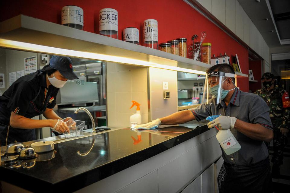 Panduan New Normal di Restoran, Pengunjung Diwajibkan Pakai Masker.