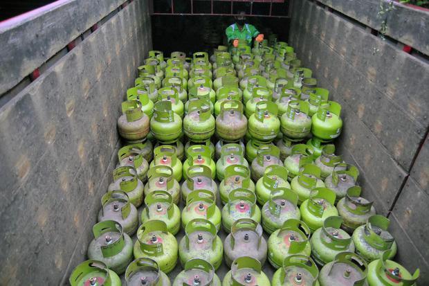 Pekerja mengangkat tabung elpiji 3 kilogram ke dalam truk di Pangkalan LPG Pertamina, Kampung Baru RT 05/07, Desa Sukamakmur, Ciomas, Kabupaten Bogor, Jawa Barat, Senin (1/6/2020).