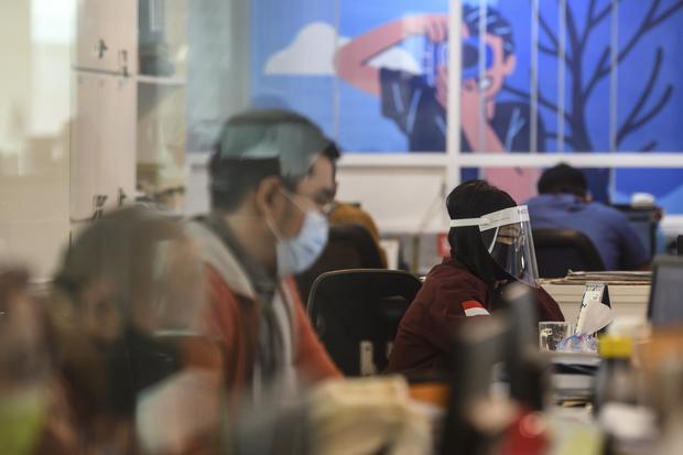 Karyawan melakukan aktivitas di pusat perkantoran, kawasan SCBD, Jakarta, Senin (8/6/2020). Pekan kedua masa pembatasan sosial berskala berskala besar (PSBB) transisi, Pemprov DKI Jakarta mulai memperbolehkan karyawan di perkantoran kembali bekerja dengan