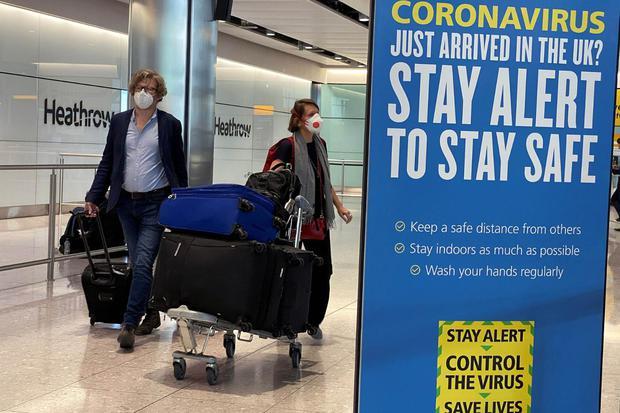 Toby Melville Penumpang tiba di Bandara Heathrow, saat Britain mengumumkan karantina selama 14 hari untuk kedatangan internasional, menyusul penyebaran penyakit virus korona (COVID-19) di London, Britain, Senin (8/6/2020).