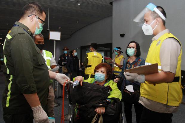 Petugas KKP Klas 1 Bandara Soetta melakukan pemeriksaan kesehatan penumpang yang baru saja mendarat dari luar negeri di Terminal 3 Bandara Soekarno Hatta, Tangerang, Banten, Senin (8/6/2020).