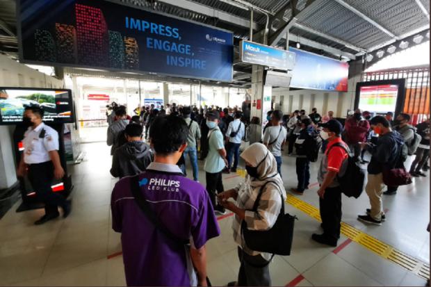 Transisi PSBB Dimulai, Penumpang KRL Kembali Menumpuk di Stasiun Bogor.