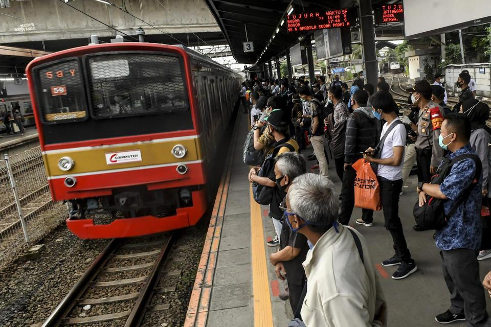 Ilustrasi, penumpang kereta rel listrik (KRL) commuter line menunggu kereta di Stasiun Tanah Abang, Jakarta. Ilustrasi, penumpang KRL Commuter Line. Dewan Transportasi Kota Jakarta menilai KCI sudah berbuat maksimal untuk mengurai kerumunan di staisun mau