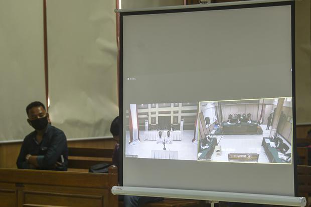 Suasana sidang tuntutan kasus penyiraman air keras terhadap penyidik KPK Novel Baswedan dengan terdakwa Ronny Bugis dan Rahmat Kadir Mahulette yang disiarkan secara