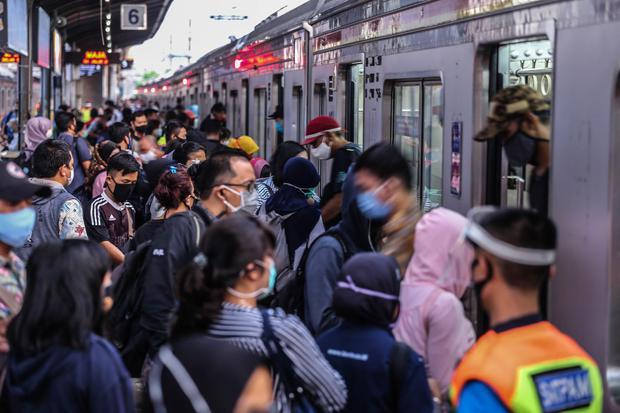 kereta, commuter line, pandemi corona, virus corona, covid-19, new normal