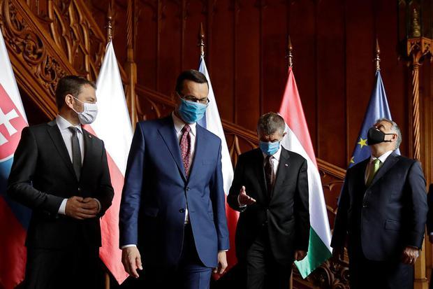 David W Cerny Perdana Menteri Slovakia Igor Matovic, Perdana Menteri Polandia Mateusz Morawiecki, Perdana Menteri Republik Ceko Andrej Babis dan Perdana Menteri Hungaria Viktor Orban memakai masker pelindung saat mereka berfoto bersama dalam konfere