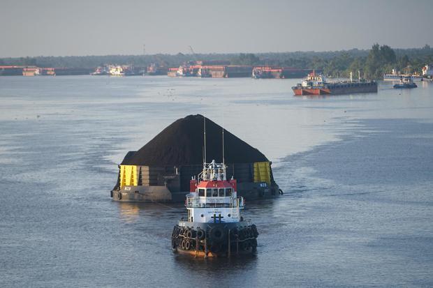 Kapal tongkang pengangkut batu bara melintas di Sungai Barito, Kabupaten Barito Kuala, Kalimantan Selatan, Sabtu (13/6/2020). Kementerian Energi dan Sumber Daya Mineral (ESDM) mencatat realisasi produksi batu bara hingga Mei 2020 mencapai 228 juta ton, at