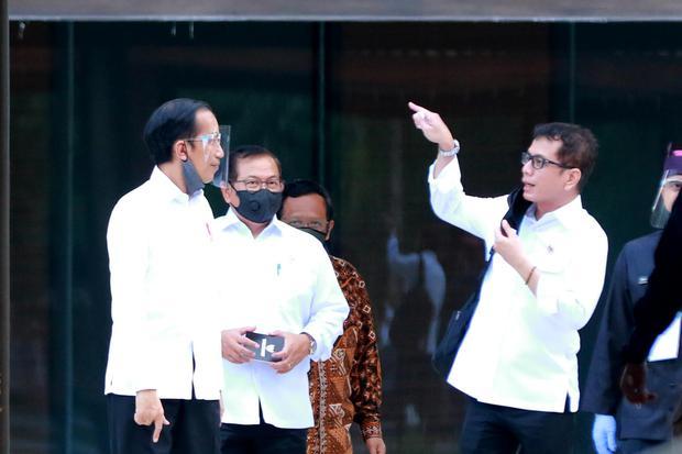 """Presiden Joko Widodo (kiri) mendengarkan paparan Menteri Pariwisata dan Ekonomi Kreatif Whisnutama (kanan) saat mengunjungi lokasi wisata dengan konsep """"one stop tourism"""" di Banyuwangi, Jawa Timur, Kamis (25/6/2020). Presiden Jokowi mengecek persiapan"""