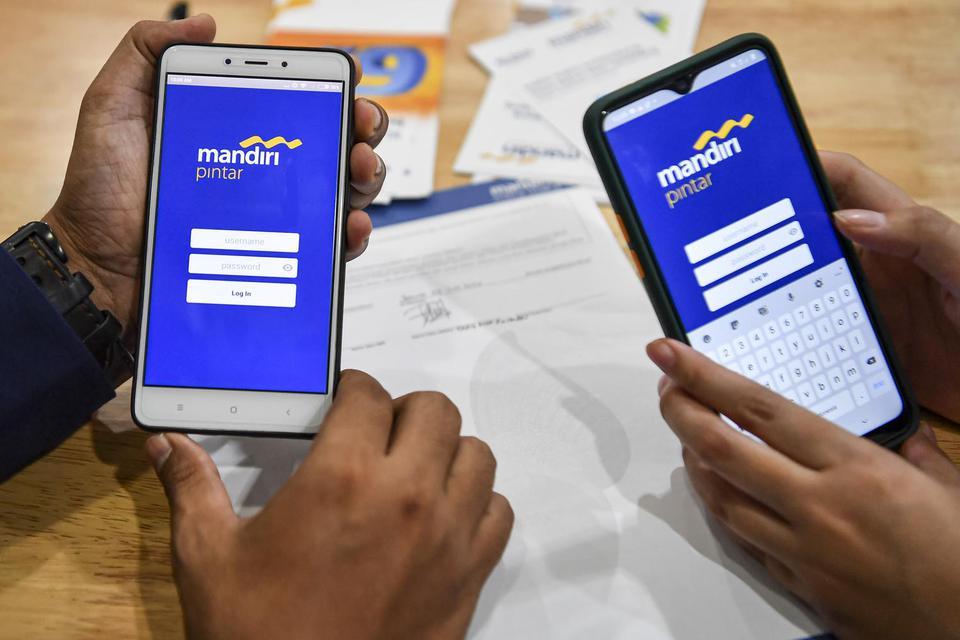Karyawan pemasar mikro melayani nasabah yang mengajukan kredit mikro produktif dengan menggunakan aplikasi Mandiri Pintar di Bank Mandiri Cabang Mayestik, Jakarta, Senin (29/6/2020). Bank Mandiri meluncurkan aplikasi Mandiri Pintar untuk proses persetujua