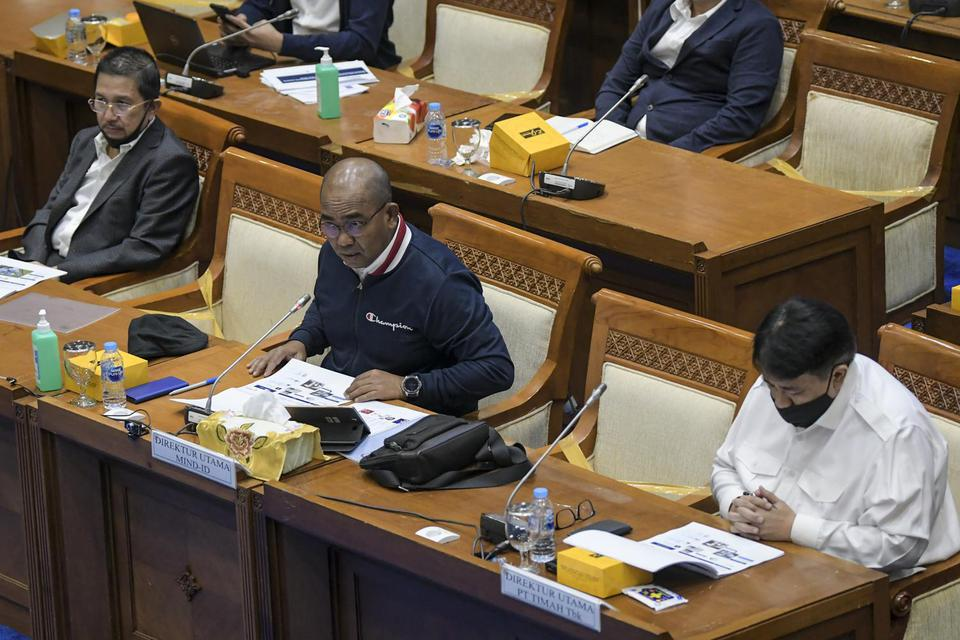 Direktur Utama PT Indonesia Asahan Aluminium Orias Petrus Moedak (tengah) mengikuti Rapat Dengar Pendapat dengan Komisi VII DPR, Selasa (30/6/2020). Inalum tengah mengkaji langkah efisiensi, untuk meminimalisir dampak pandemi corona.