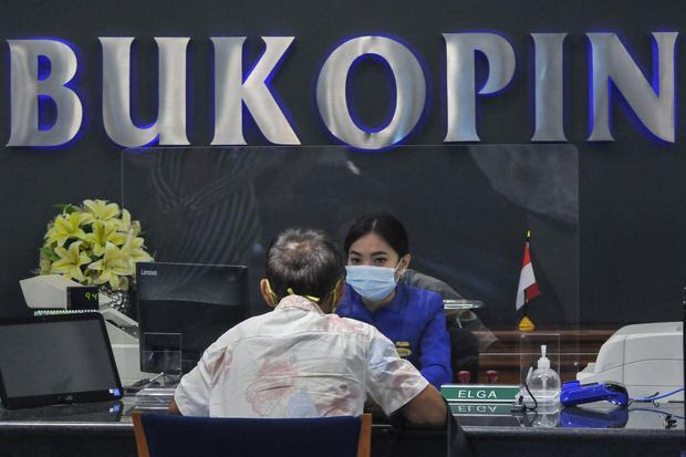 Ilustrasi, karyawan PT Bank Bukopin Tbk melayani nasabah. Bank Bukopin menargetkan penyaluran kredit mampu tumbuh 5% tahun ini ditopang segmen ritel dan UMKM.