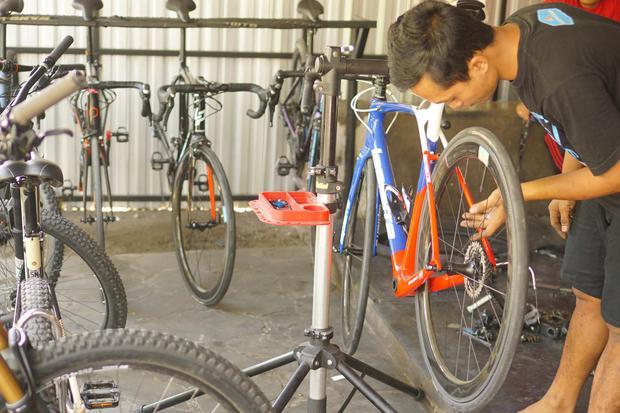 Seorang mekanik di sebuah bengkel sepeda rumahan di Desa Tanjungsari, Tulungagung, Jawa Timur, Jumat (3/7/2020). Permintaan jasa servis meningkat seiring tren bersepeda masyarakat selama masa pandemi Covid-19 tiga bulan terakhir.