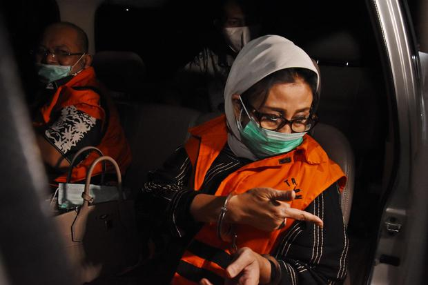 Bupati Kutai Timur Ismunandar (kiri) bersama istri yang merupakan Ketua DPRD Kutai Timur Encek Unguria (kanan) dibawa menuju mobil tahanan usai ditetapkan sebagai tersangka pasca terjaring Operasi Tangkap Tangan (OTT) di Gedung KPK, Jakarta, Sabtu (4/7/20