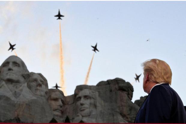 Ilustrasi, Presiden AS Donald J. Trump menyaksikan tim aerobatik AU Blue Angels. AS membukukan pesanan penjualan alutsista senilai Rp 464 triliun di wilayah Indo-Pasifik pada Juli 2020.