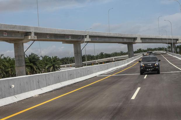 Kendaraan rombongan Forkopimda Riau melintas di Jalan tol Pekanbaru-Dumai saat meninjau langsung pembangunan dan kesiapan tol Pekanbaru-Dumai di Pekanbaru, Riau, Sabtu (4/7/2020). Progres proyek pembangunan Tol Pekanbaru-Dumai sepanjang 131 km ini dinilai