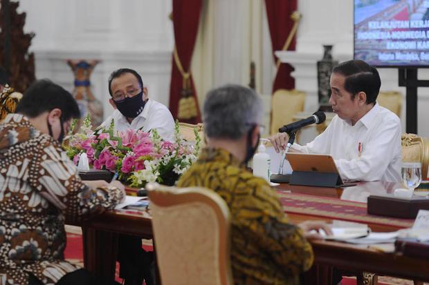 Ilustrasi, Presiden Joko Widodo (Jokowi) memimpin rapat terbatas di Istana Merdeka. Jokowi meminta belanja kebutuhan alat medis hingga alutsista mengutamakan produk dalam negeri.