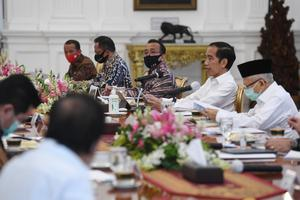 Presiden Joko Widodo (kedua kanan) didampingi Wakil Presiden Ma'ruf Amin (kanan) memimpin rapat terbatas (ratas) di Istana Merdeka, Jakarta, Selasa (7