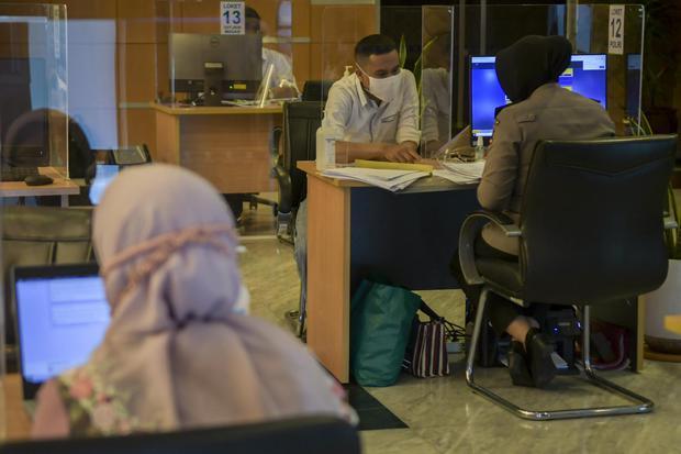Petugas melayani pengurusan perizinan usaha di ruang Pelayanan Terpadu Satu Pintu (PTSP) Pusat di Gedung BKPM, Jakarta, Selasa (7/7/2020). Presiden Joko Widodo, telah mengeluarkan instruksi pada kementerian dan lembaga untuk meningkatkan pelayanan investa