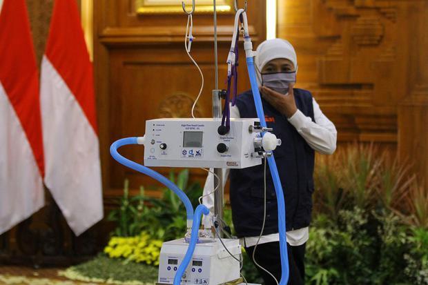 Gubernur Jawa Timur Khofifah Indar Parawansa melihat ventilator High Flow Nasal Cannula (HFNC) bantuan dari Lembaga Ilmu Pengetahuan Indonesia (LIPI) di Gedung Negara Grahadi, Surabaya, Jawa Timur, Selasa (7/7/2020). LIPI menyerahkan bantuan satu unit ven
