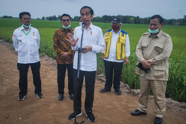 Presiden Joko Widodo (tengah) didampingi Menteri Pertahanan Prabowo Subianto (kanan), Menteri PUPR Basuki Hadimuljono (kedua kanan), Kepala Staf Kepresidenan Moeldoko (kedua kiri) dan Menteri Pertanian Syahrul Yasin Limpo (kiri) memberikan keterangan kepa