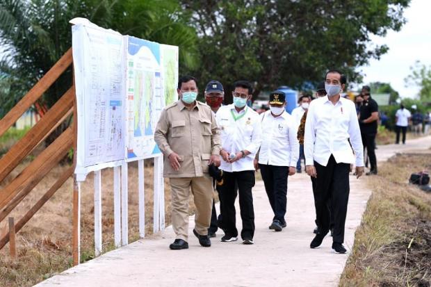Didampingi Prabowo, Jokowi Tinjau Lokasi Lumbung Pangan di Kalimantan.