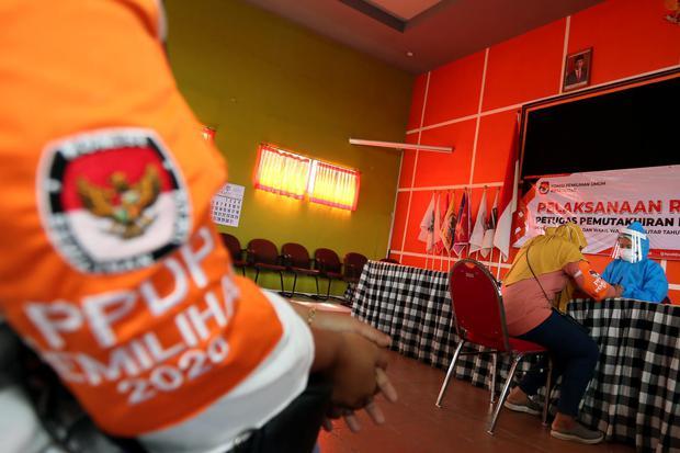 Petugas pemutakhiran data pemilih (PPDP) atau Coklit mengikuti tes cepat COVID-19 (rapid test) di Kantor KPU Kota Blitar, Jawa Timur, Minggu (12/7/2020). KPU Kota Blitar menggelar tes cepat terhadap 259 petugas PPDP Pemilu Serentak 2020 sebelum diterjunka