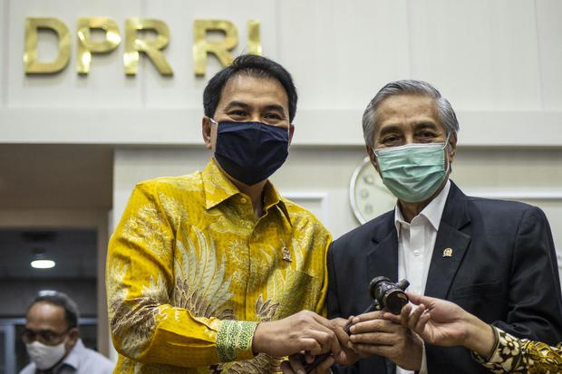 Wakil Ketua DPR Azis Syamsuddin (kiri) berfoto bersama pejabat baru Wakil Ketua Badan Legislasi dpr, omnibus law, cipta kerja