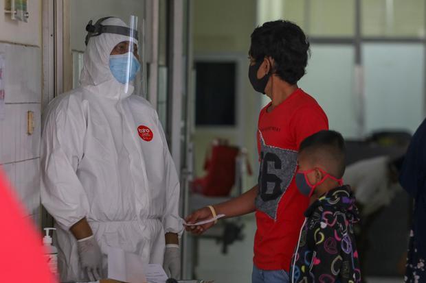 Seorang tenaga kesehatan dengan pakaian pelindung diri lengkap berbincang dengan keluarga pasien di ruangan pemeriksaan COVID-19 di rumah sakit rujukan COVID-19 RSUD Kabupaten Tangerang, Banten, Senin (13/7/2020). Kementerian Kesehatan menyebutkan per 8 J