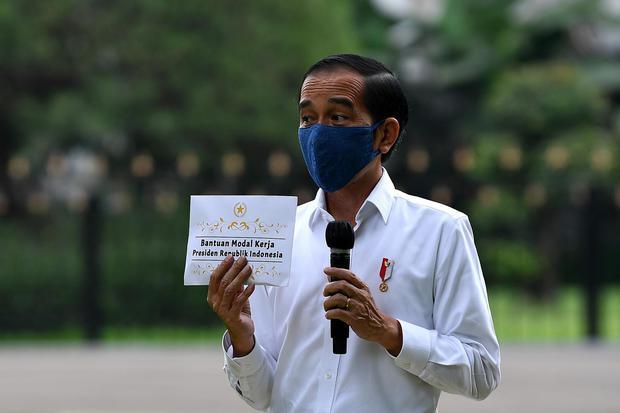Presiden Joko Widodo memberikan pengarahan saat penyerahan bantuan modal kerja di Istana Bogor, Jawa Barat, Rabu (15/7/2020). Presiden kembali menyerahkan bantuan kepada para pedagang kaki lima, keliling, rumahan hingga pedagang asongan masing-masing sebe