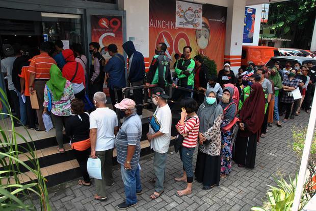 Ilustrasi, warga mengantre pembagian bantuan sosial (bansos). Komisi Pemilihan Umum (KPU) meminta Kementerian Dalam Negeri untuk membuat aturan ketat soal distribusi bansos di daerah untuk mencegah penyalahgunaan bansos untuk kepentingan Pilkada.