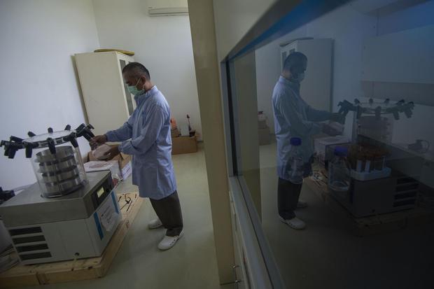 Peneliti melakukan pengeringan beku ekstrak bahan alam untuk imunomodulator (peningkat imun tubuh) bagi pasien COVID-19 di Laboratorium Pusat Penelitian Bioteknologi Lembaga Ilmu Pengetahuan Indonesia (LIPI), Cibinong, Kabupaten Bogor, Jawa Barat, Jumat (