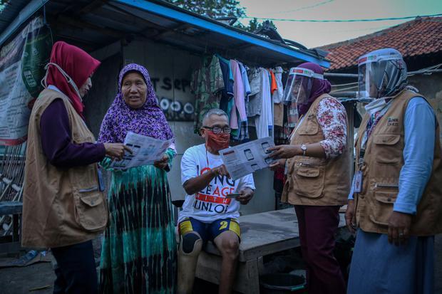 Kader BPJS Kesehatan melakukan sosialisasi langsung ke warga di Benda, Kota Tangerang, Banten, Senin (20/7/2020). Sosialisasi tersebut dilakukan guna memberikan pemahaman akan pentingnya kartu BPJS Kesehatan agar masyarakat bisa mendapatkan pelayanan kese