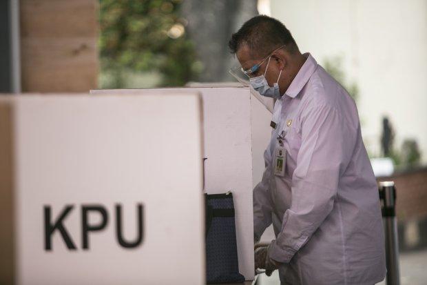 Proses simulasi pemungutan suara pemilihan serentak 2020 di Jakarta, Rabu (22/7/2020). Simulasi tersebut digelar untuk memberikan edukasi kepada masyarakat terkait proses pemungutan dan penghitungan suara Pilkada serentak 2020 yang akan dilaksanakan pada